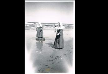Visit to seaside in Coldstream, 1950s (Ref: 2334)